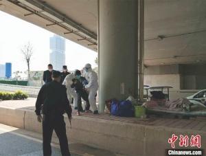广州南站一发热流浪汉持棍与医务人员对峙
