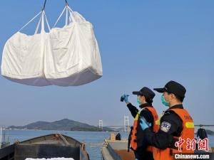 拦截走私船只12艘 广州海关查获走私冻品300吨
