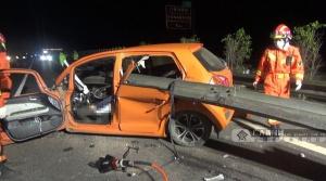 广西高速路上一小车被护栏横穿车身,司机不幸遇难
