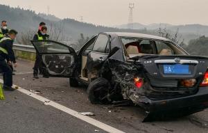 G65包茂高速桂林段发生3车追尾事故,3人不幸遇难