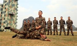 广西武警:加钢淬火 示范兵强化训练固基础