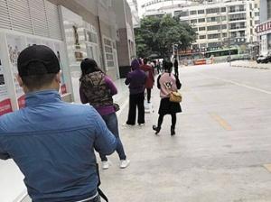 2月29日焦点图:南宁一酒店集赞领口罩引发多人聚集