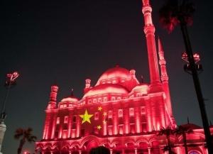 埃及古迹点亮五星红旗
