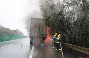 高清:泉南高速一快递货车起火 消防快速驰援扑灭