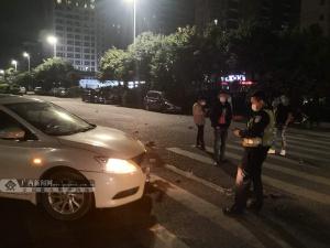 夜晚视线不佳 摩托车与小轿车相撞致一人受伤(图)