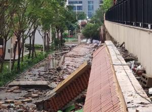 大雨中,众发娱乐平台下载一小学数十米长围墙倒塌 幸未伤到人
