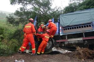 雨天路滑小货车撞树 金秀消防紧急救援被困人员