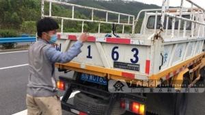 危险!共享单车上高速 男子骑行去钦州被拦(图)