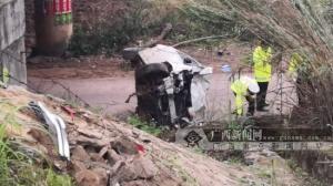 钦州女司机分神撞护栏后坠桥 因系安全带无大碍