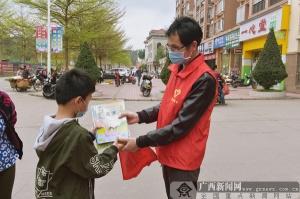 浦北县第一小学:志愿服务 送书上门