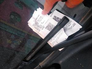 自建房门口停车竟被收取停车费 居民提出质疑