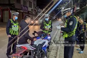 """广西贵港:夜战1小时,18辆""""鬼火""""摩托落网"""