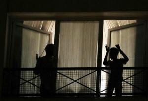法国人用灯光与掌声向医护人员致敬