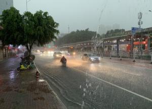 高清:暴雨突袭南宁市区 市民行车如行船