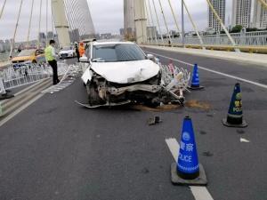 3月28日焦点图:突发!南宁白沙大桥发生5车刮碰事故