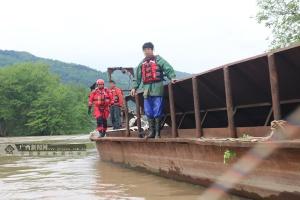 全州:强降雨致2人被困河中 消防紧急营救