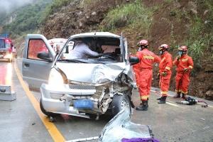 面包车和货车相撞 面包车驾驶员被困驾驶室(图)