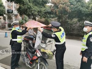 田林严查城区摩托车和电动车非法安装遮阳伞(棚)