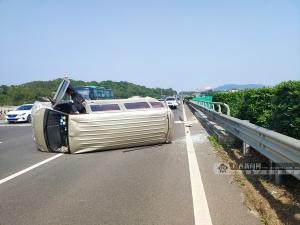小车爆胎侧翻高速 竟是实习司机驾驶非法改装车辆