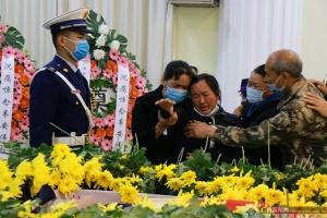 韦安伟烈士告别仪式举行 社会各界为英雄送行