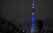 日本东京地标亮灯向医护人员致敬