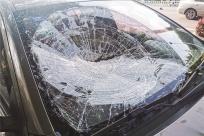 8日焦点图:吓人!公交车窗被风吹跌 砸坏旁边小轿车