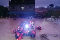 崇左:暴雨半夜突袭致4人被困  消防成功救援