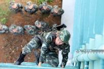 """高清组图:特战队员紧贴实战练就""""飞檐走壁""""硬功"""
