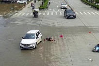 76岁老人骑电车与小车相撞致多处骨折 头盔救一命