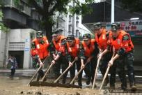 強降雨影響柳州 武警官兵馳援一線展開救援清淤