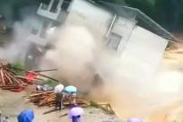 融水一栋4层楼民房倒塌坠入洪水中 一家六口刚撤离