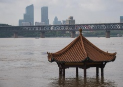 长江中下游干流控制站陆续突破警戒水位