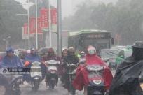 首府南宁立秋当日迎来降雨天气 街头市民雨中出行