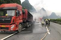 大新:一辆载满石子的大货车行驶中起火(组图)