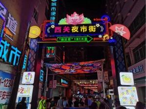 西關夜市開市了 南寧又多一個賞燈品美食的好地方