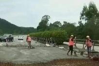 工人加班加点 广昆高速公路兴业至六景段改造加速