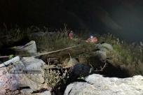�V西靖西:皮卡���下百米�已� 消防�o急�I救