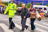 暖心|15年不间断,广西交警每天扶盲人过马路