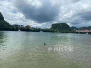 柳州一女大学生跳入柳江 这时有两人跟着跳了下去