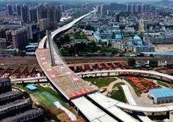 河南信阳跨京广铁路斜拉桥成功转体