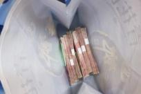 柳州保潔大姐撿到一個袋子 打開一看有6萬多元現金