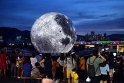 """超巨型发光""""月亮""""现身香港观塘"""