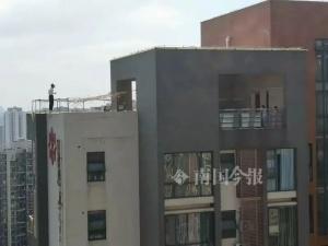 捏把汗!年轻女子爬上32层楼顶护栏外直呼要找男友