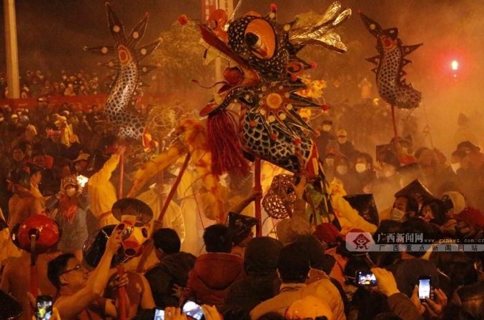 [新春走基层]高清:宾阳炮龙节上演中国式狂欢