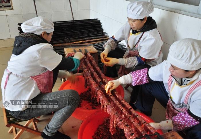 """高清:""""柳城牛腊巴""""制作流程探秘 在土窑中烤制"""