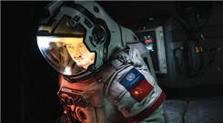 《流浪地球》吴京穿航天服上太空