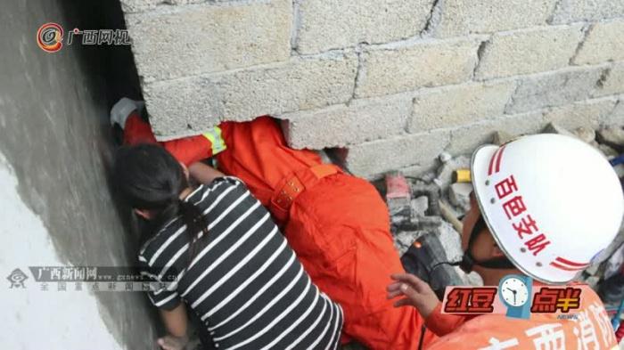 熊孩子贪玩被卡墙缝消防员及时救出