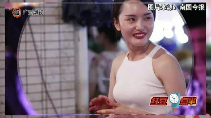 """90后小姐姐摆摊卖猪肉 被赞""""猪肉西施""""成网红"""