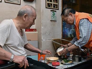 """老人饭堂的""""双重味道"""" 广州怎样破解居家养老难题"""