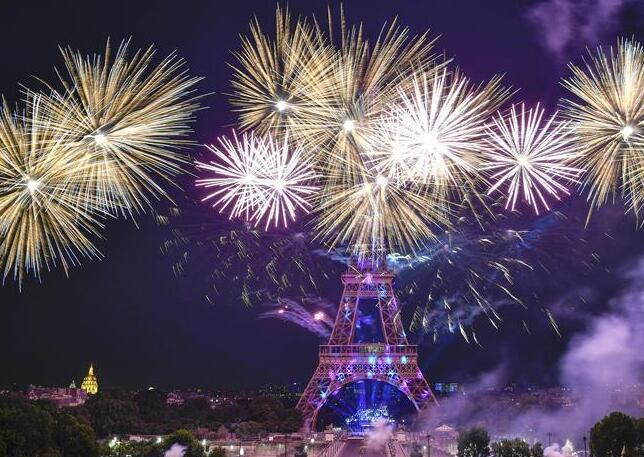 法国:烟花绽放庆国庆